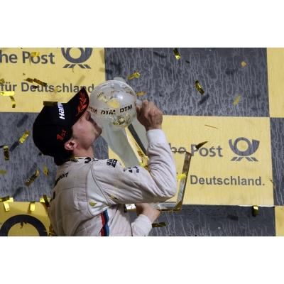 So sehen Sieger aus, Bruno Spengler mit der DTM-Krone ©BMW