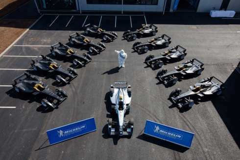 Donington Park mit den 10 Elektrofahrzeugen (c)Formel E
