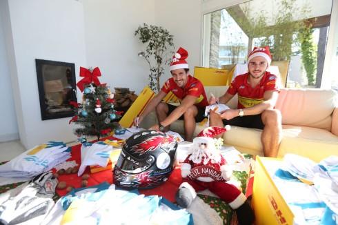 Lucas di Grassi, Daniel Abt spielen Weihnachtsmann (c)Abt Motorsport