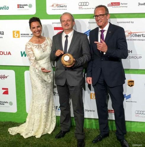 GreenTec Award 2016 Preisträger vaude mit Desiree Nosbusch,Jan Lorch vund Kyocera-Deutschland-Chef Reinhold Schlierkamp (c)EHirsch