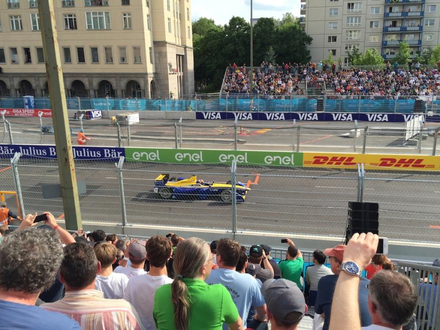 Zuschauer feiern Sieger Buemi in Berlin (c)EHirsch