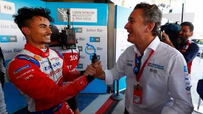 AUTODROMO HERMANOS RODRIGUEZ, MEXICO - FEBRUARY 16: Pascal Wehrlein (DEU), Mahindra Racing, is congratulated by Alejandro Agag, CEO, Formula E, after taking Pole Position during the Mexico City E-prix at Autodromo Hermanos Rodriguez on February 16, 2019 in Autodromo Hermanos Rodriguez, Mexico (c) FormulaE, (Photo by Sam Bloxham / LAT Images)