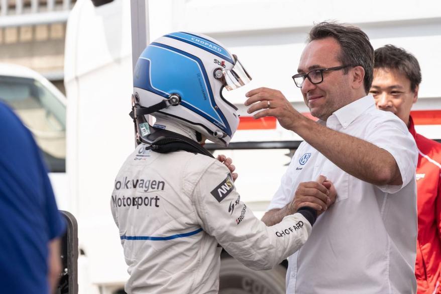 Sven Smeets congratulating Romain Dumas,ID.R e-record Nordschleife ©VW