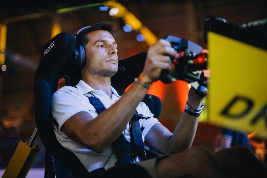 Sim-Racer Bruno Spengler im Einsatz ©BMW