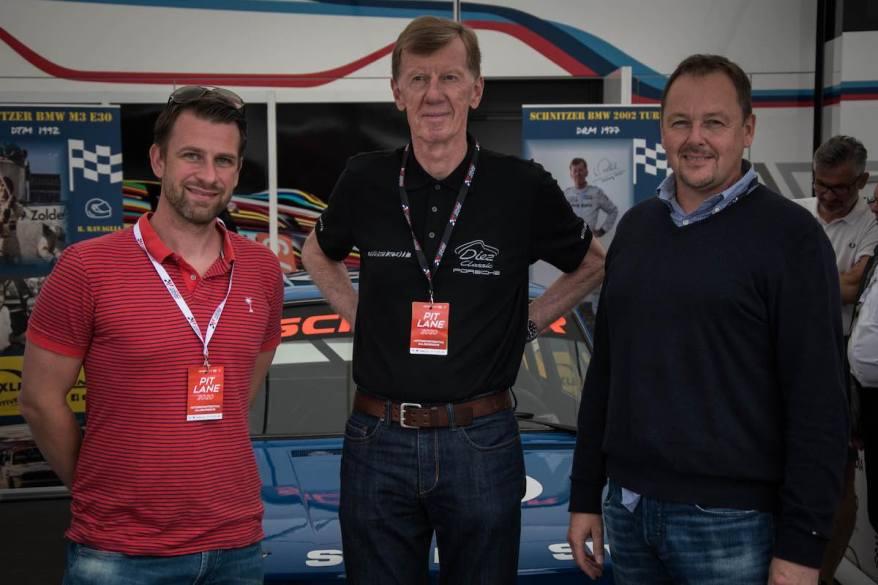 Veranstalter Rene Binna (l.) und Christoph Gerlach (r.) mit Walter Röhrl am Salzburgring ©Alexander Kogler