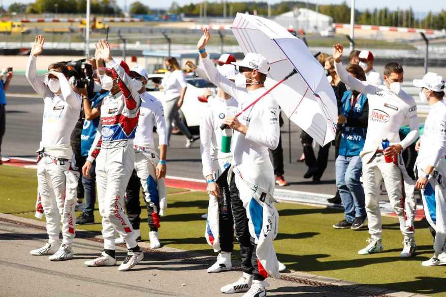 DTM Fahrer winken den Fans auf der Tribüne,DTM Nürburgring 2020 ©DTM,by Hoch Zwei