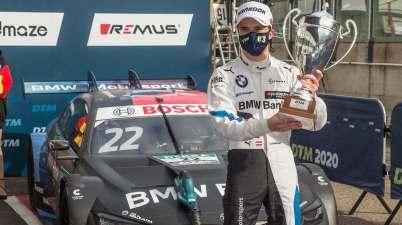 Lucas Auer mit Pokal, BMW ©BMW