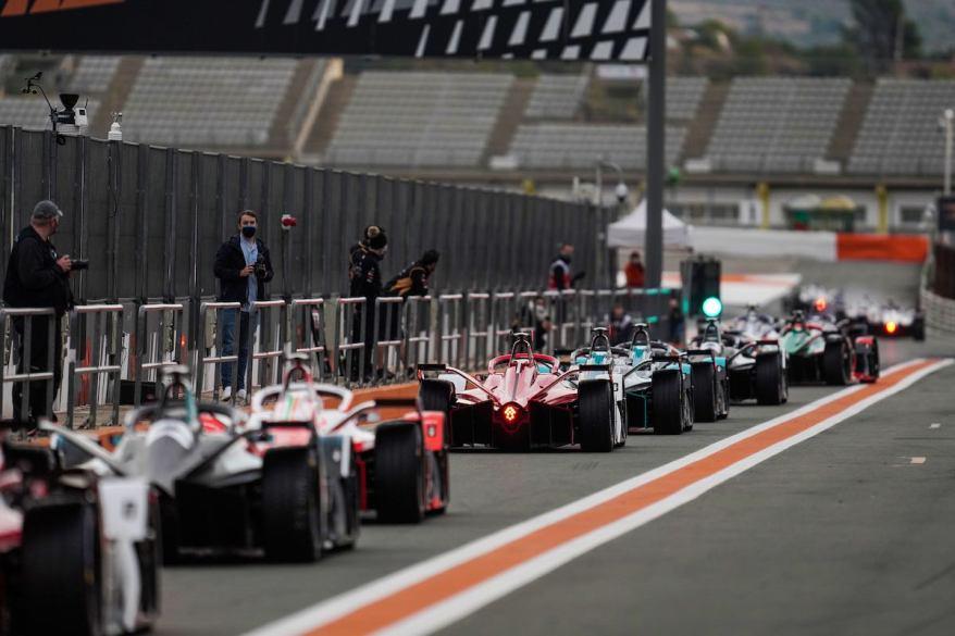 Formel E tests in ValenciaJake Dennis, BMW I Andretti Motorsport, BMW iFE.21 Pascal Wehrlein, Tag Heuer Porsche, talks to his team Max Guenther, BMW,Formel E in Valencia ©FIAFormulaE