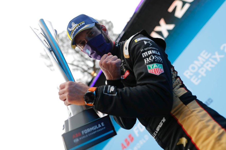 Jean-Eric Vergne (FRA), DS Techeetah, 1st position, with his trophy ©FIAFormulaE