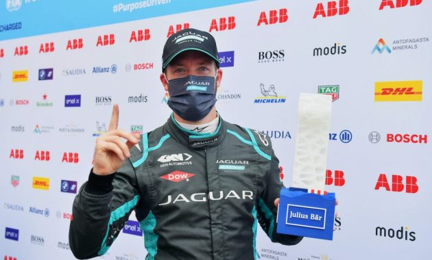 Sam Bird (GBR), Jaguar Racing, with the Julius Baer Pole Position Award ©FIA FormulaE